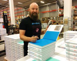 Jimmy Wilhelmsson signerar böcker