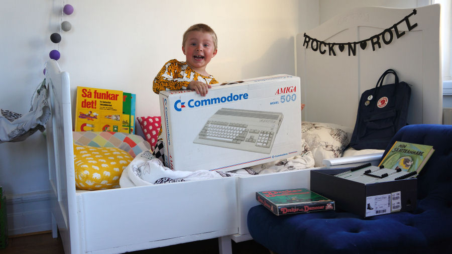 Pojke med Amiga 500 (Foto: Bokfabriken)